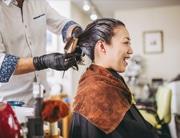 femme qui a un shampoing ou une couleur