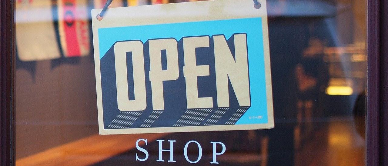 Devanture de magasin panneau ouvert